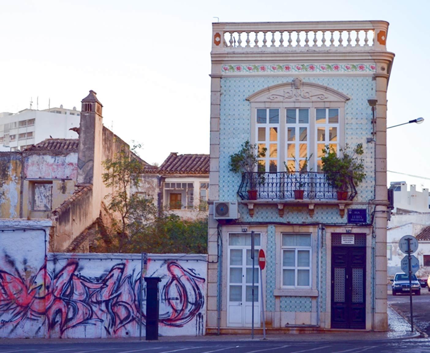 buntes Haus in Faro Algarve Reisefotografie Paulcamper