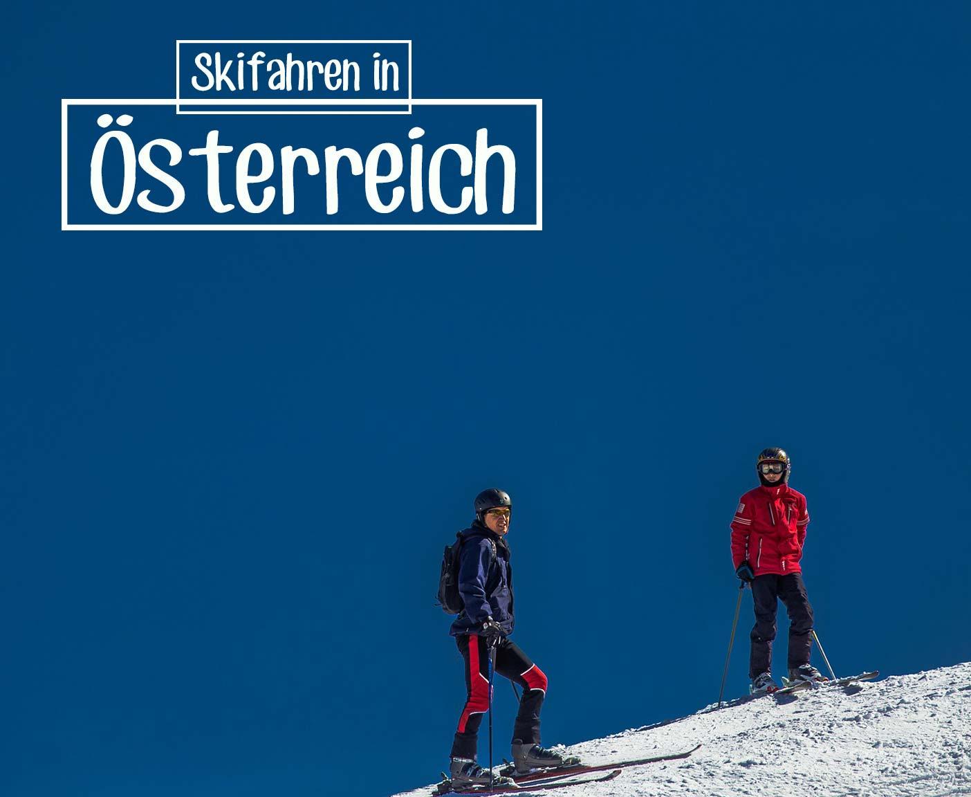 Zwei Personen am Skihang mit blauem Himmel PaulCamper in Österreich