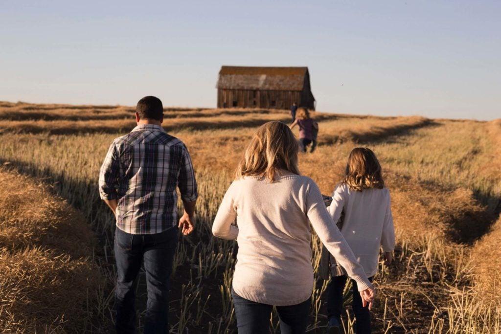Wohnmobil Checkliste Familie durchs Feld