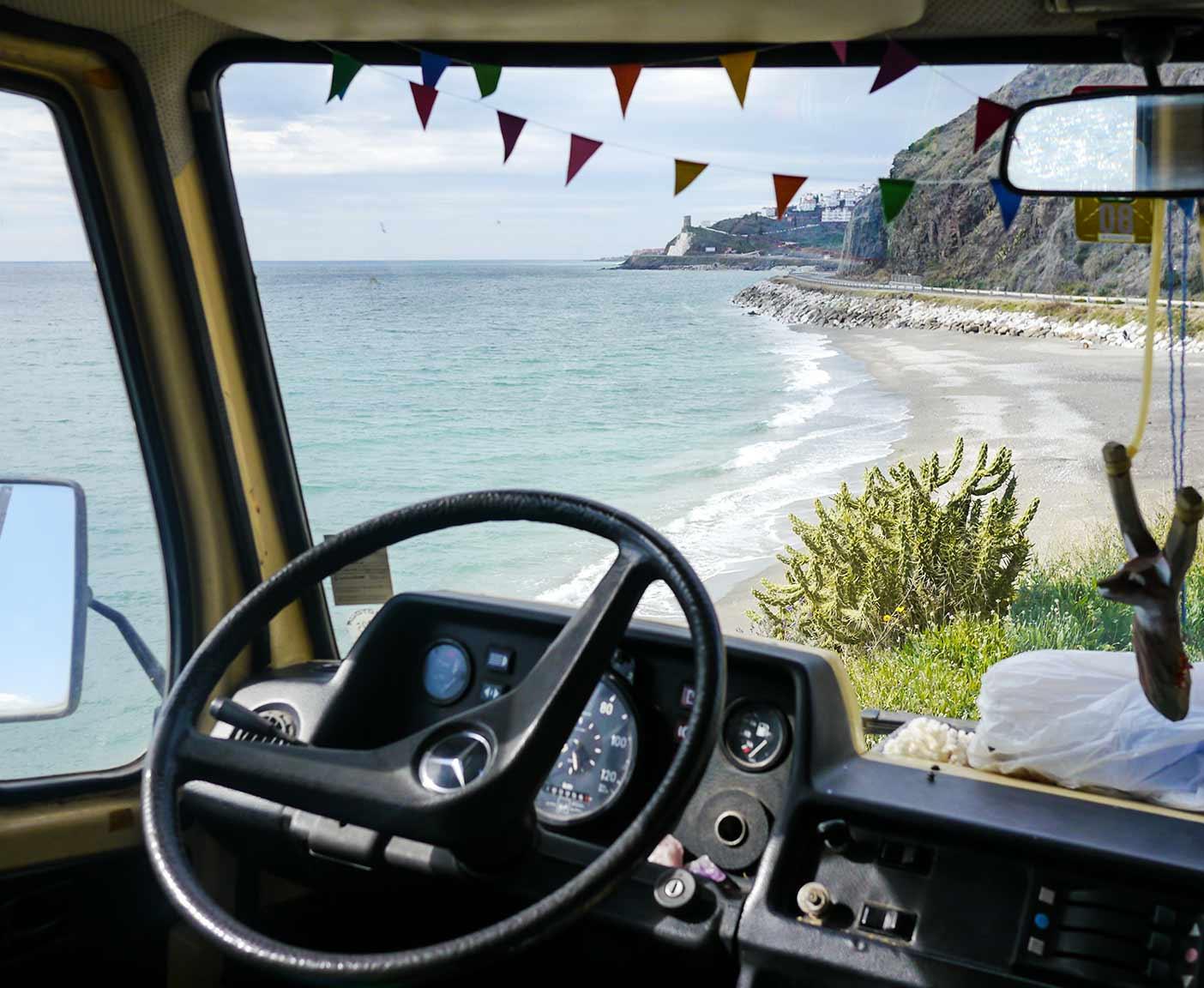 Ausblick aus dem Fahrerraum auf Meer und Kueste Lenkrad Steuer Mercedes