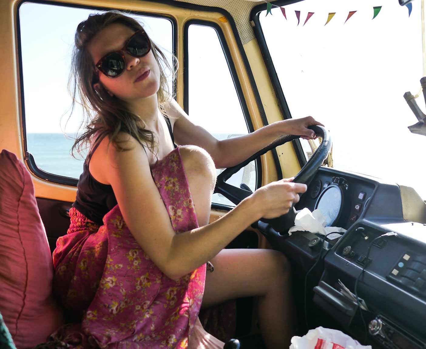 Frau im Camper am Steuer Mercedes