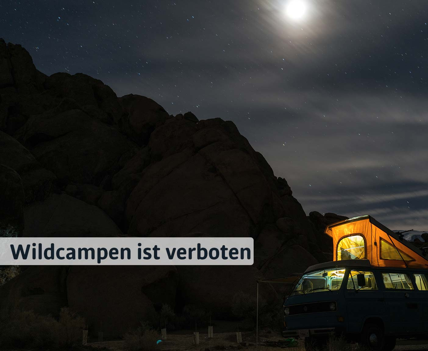 Campervan steht in der Nacht an einem Berg, wildcampen im Mondschein, Camping in Österreich mit Paulcamper