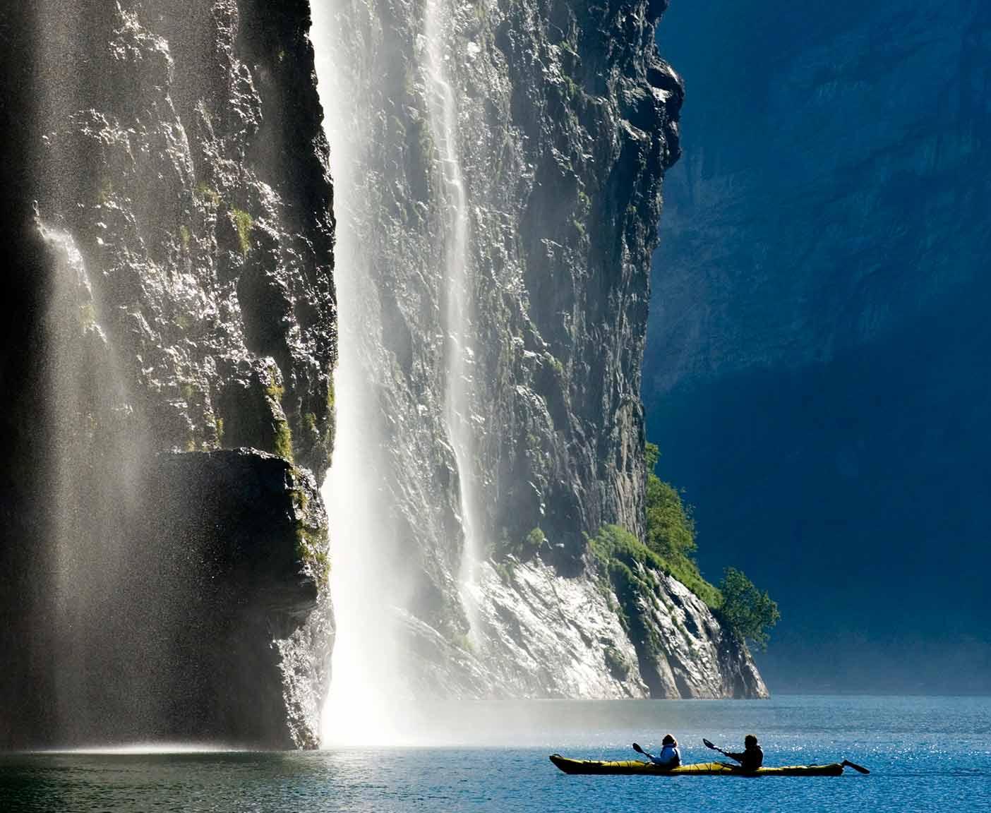 Zwei Kanus auf dem Geirangerfjord in Norwegen, digitaler Reiseführer von PaulCamper
