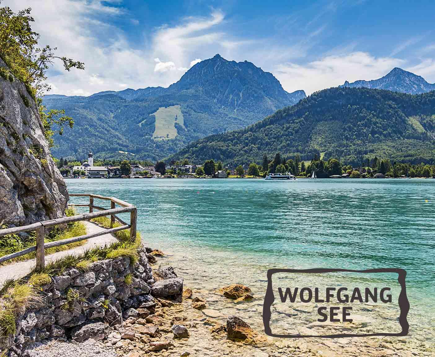 blaugrünes Wasser und hügelige Landschaft am Wolfgangsee, Fußweg entlang des Sees, PaulCamper an den Seen in Österreich