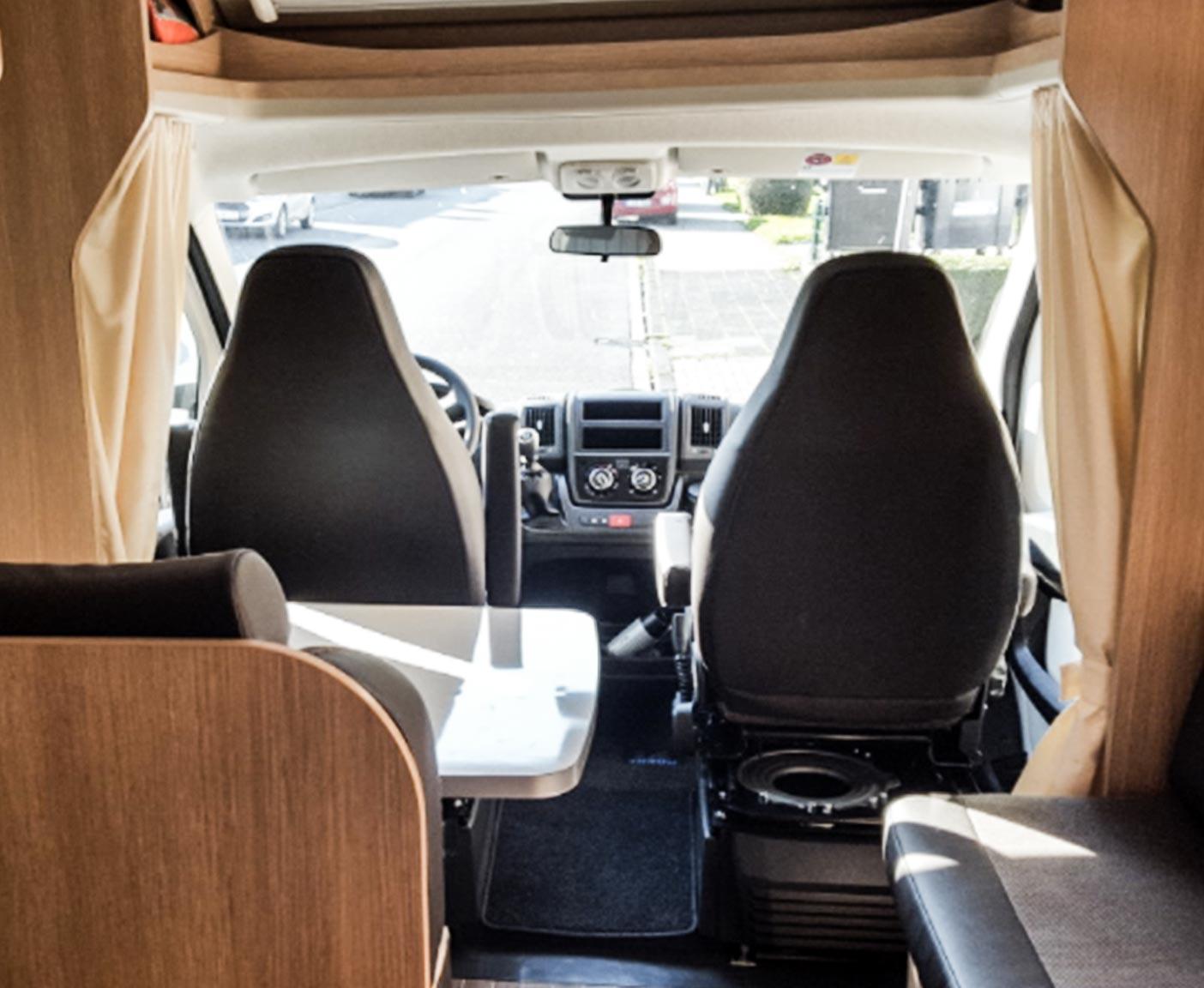 Wohnmobil Innenraum mit zwei Fahrersitzen, Wohnmobil vermieten bei PaulCamper
