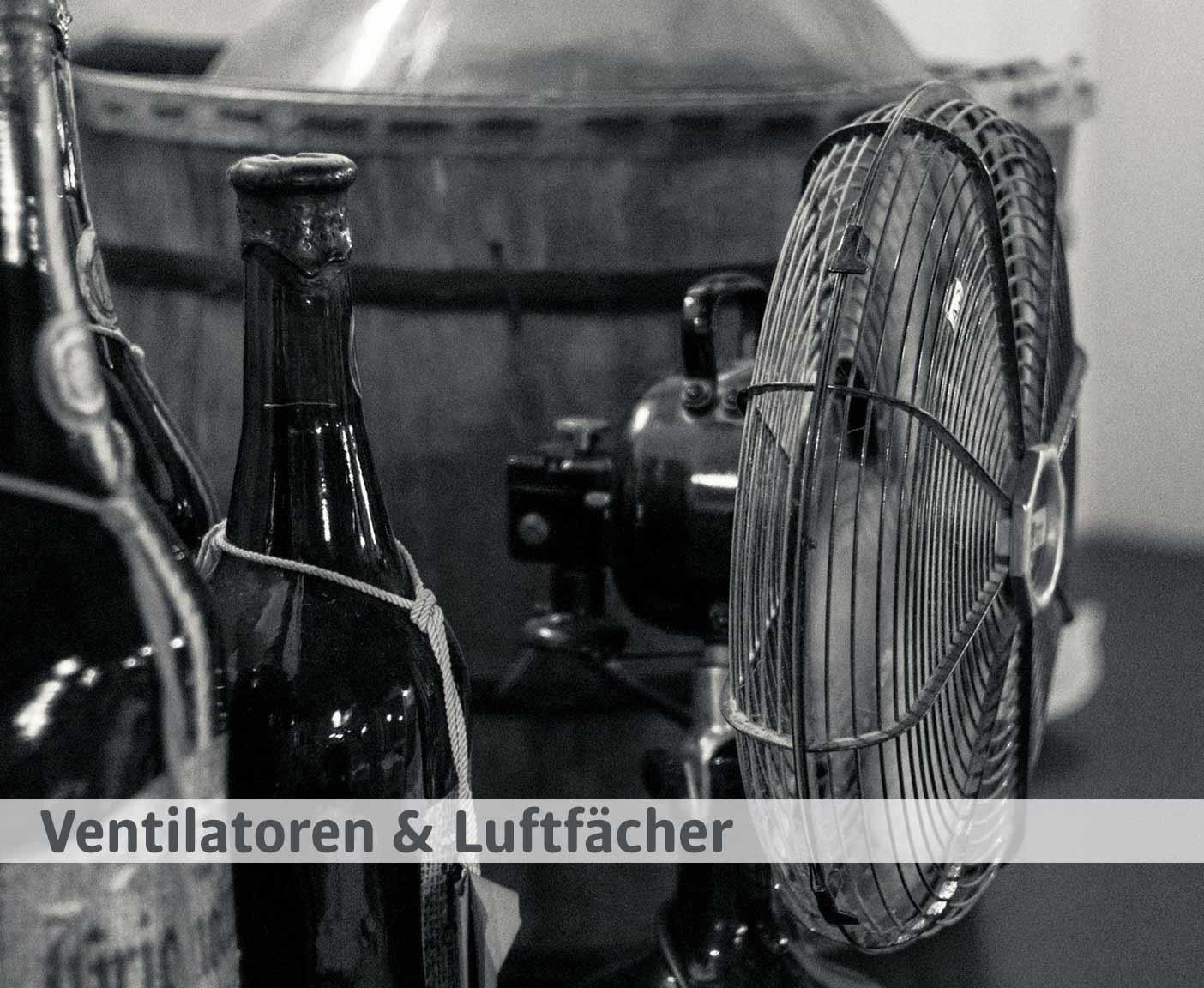 Ventilator und Flaschen, schwarz-weiß