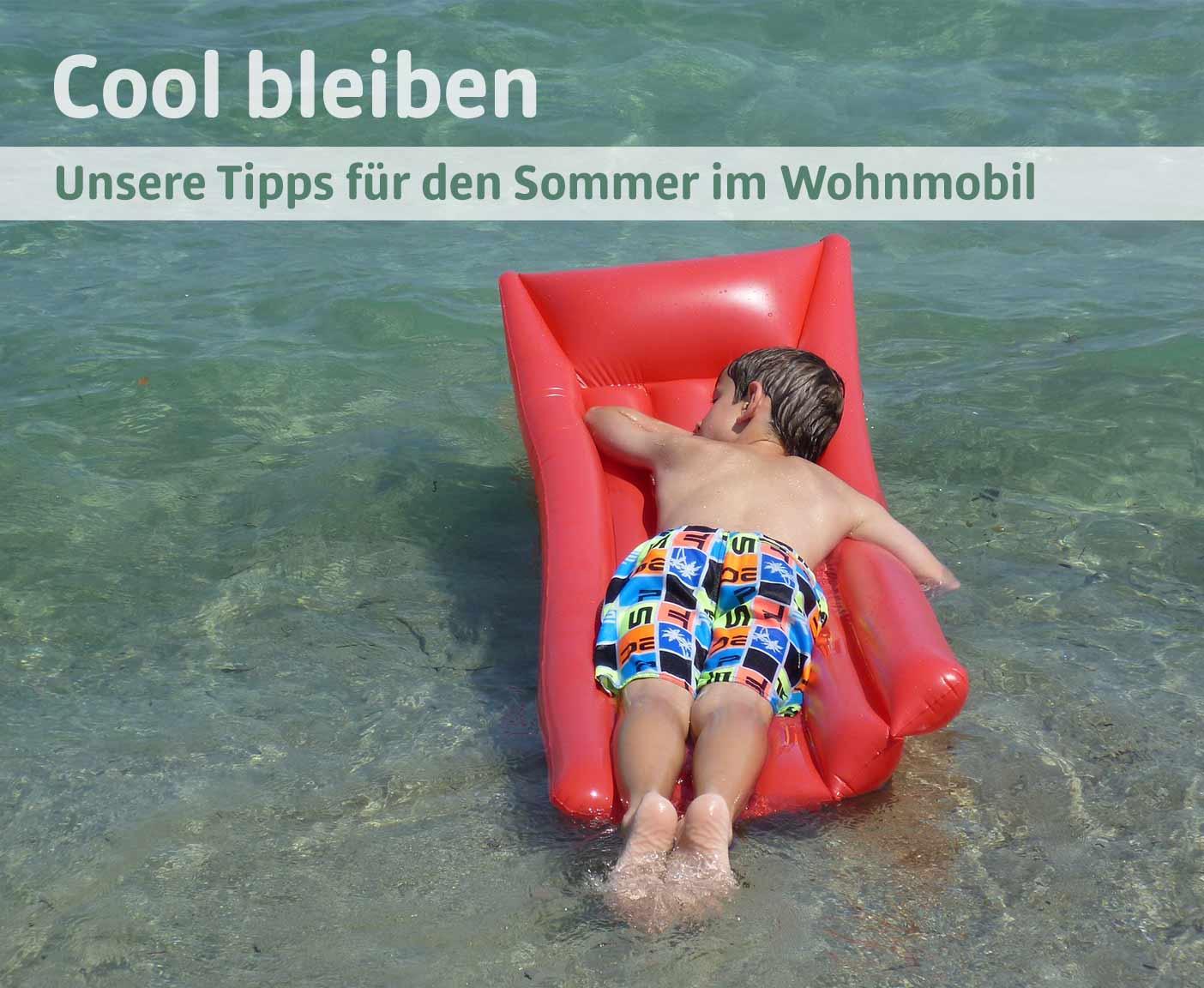 kleiner Junge auf einer roten Luftmatratze schwimmt im Meer