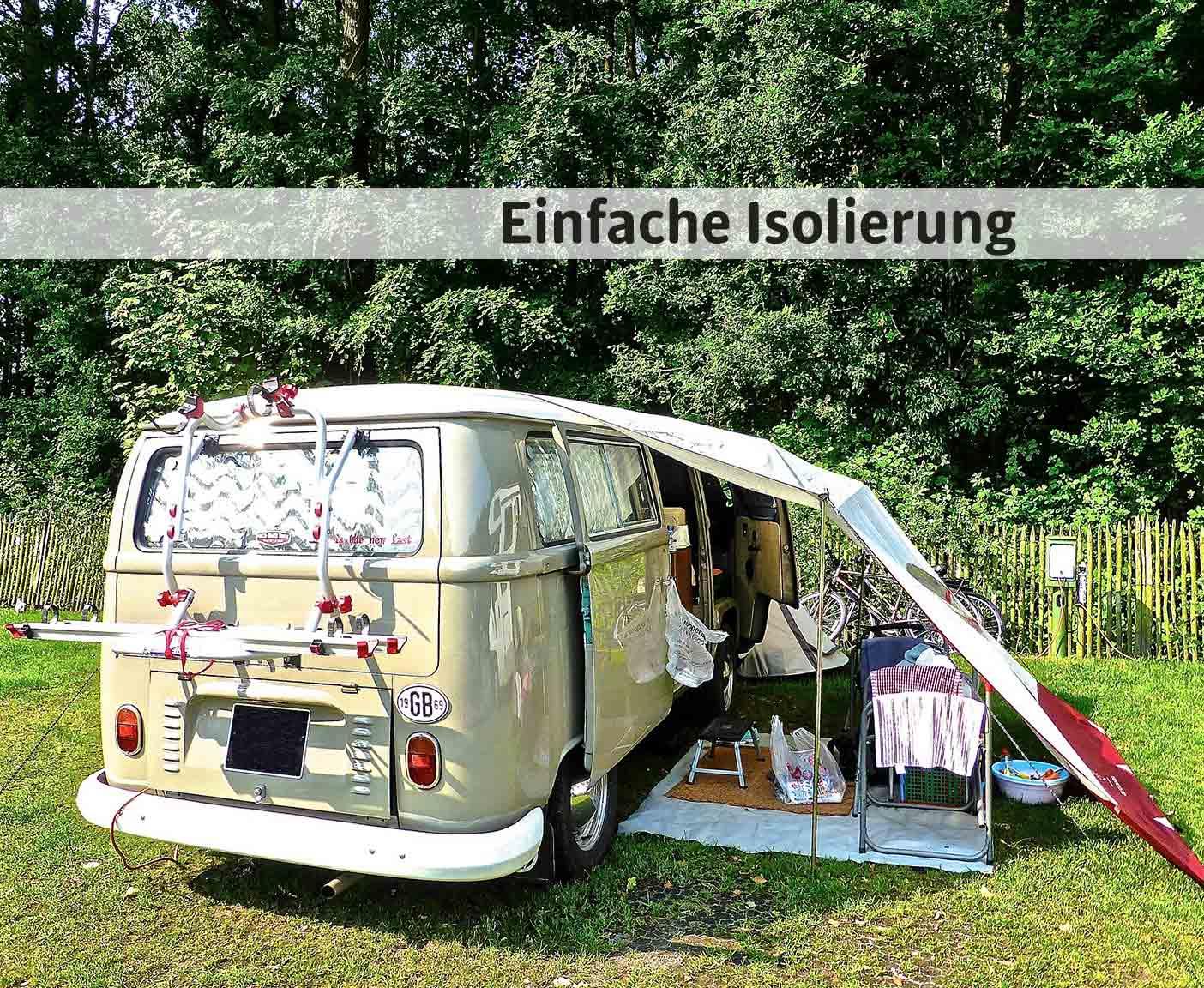 Mit Thermomatten isolierter Camper in einem Garten, Markise und Vorhänge schützen vor der Sonne
