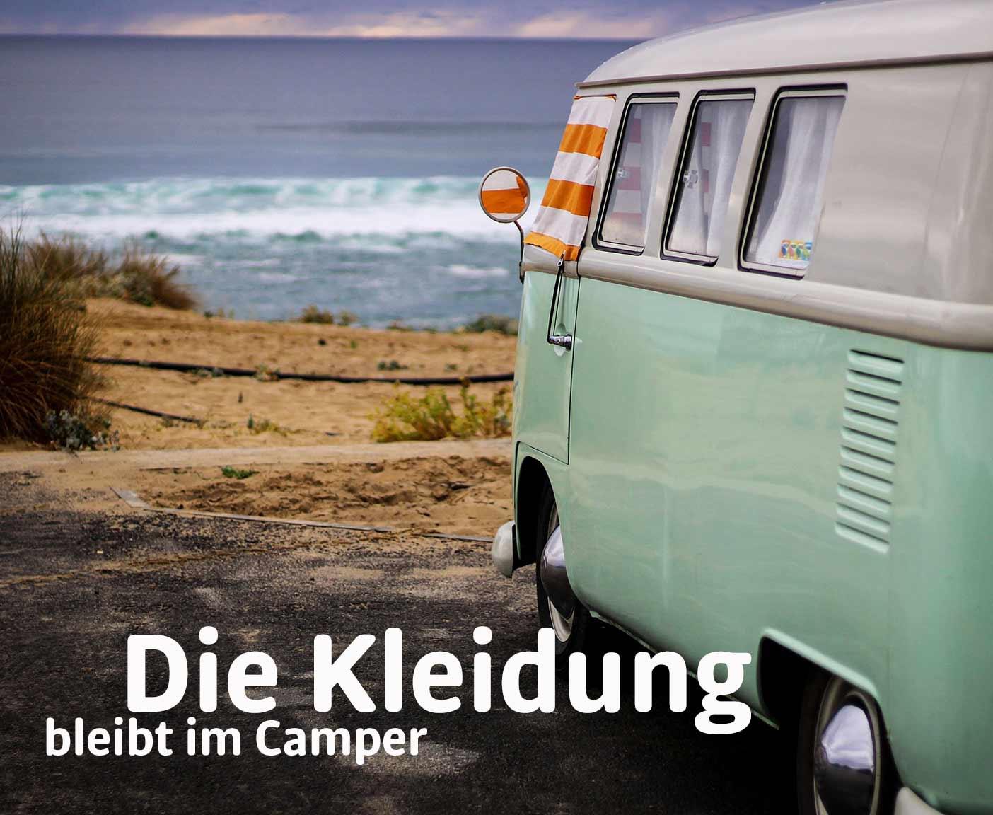 FKK-Camping VW Camper in türkis am Strand in den Dünen, orange-weiß gestreiftes handtuch, PaulCamper