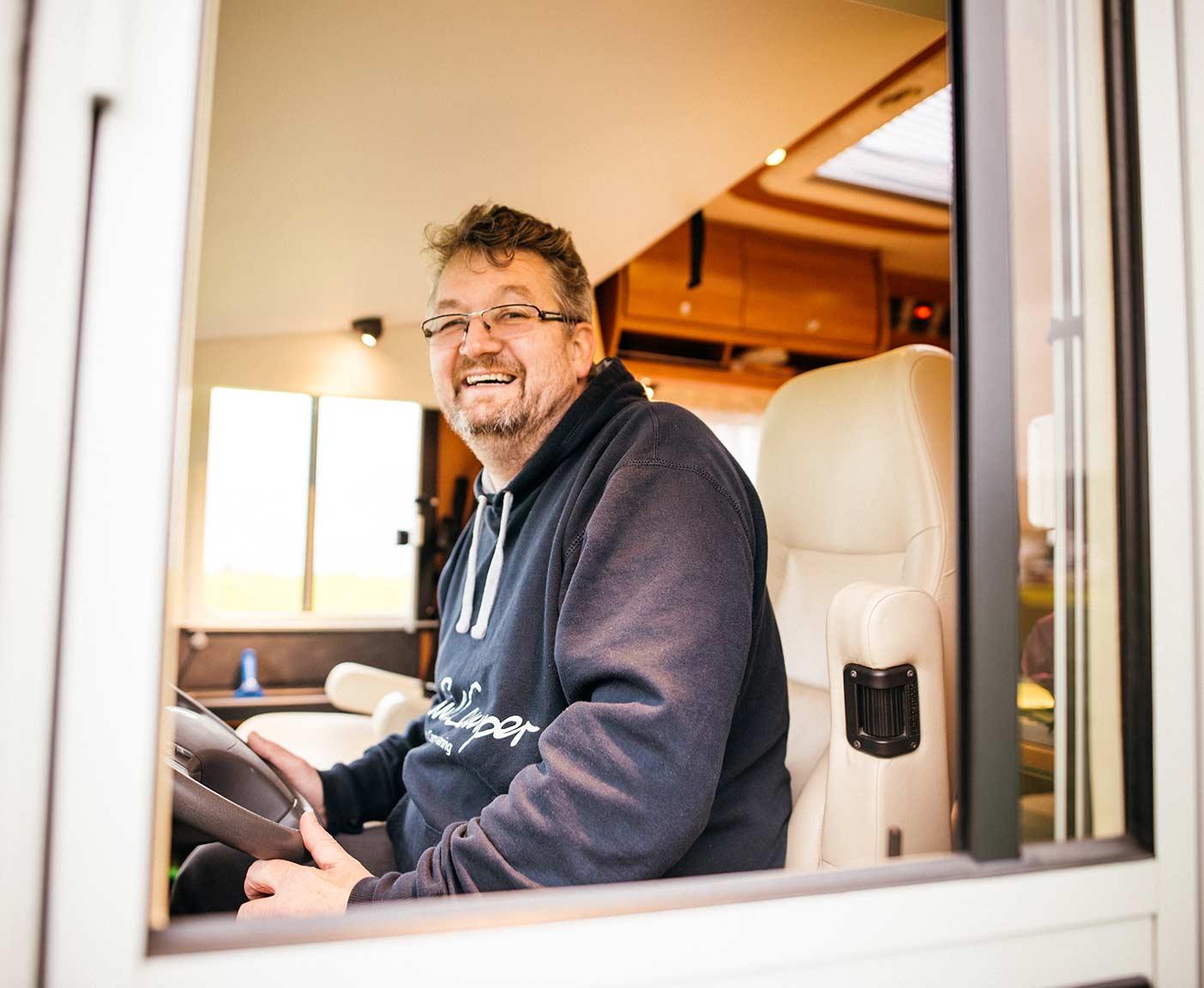 Mann am Steuer im Wohnmobil, Vermieter werden bei PaulCamper