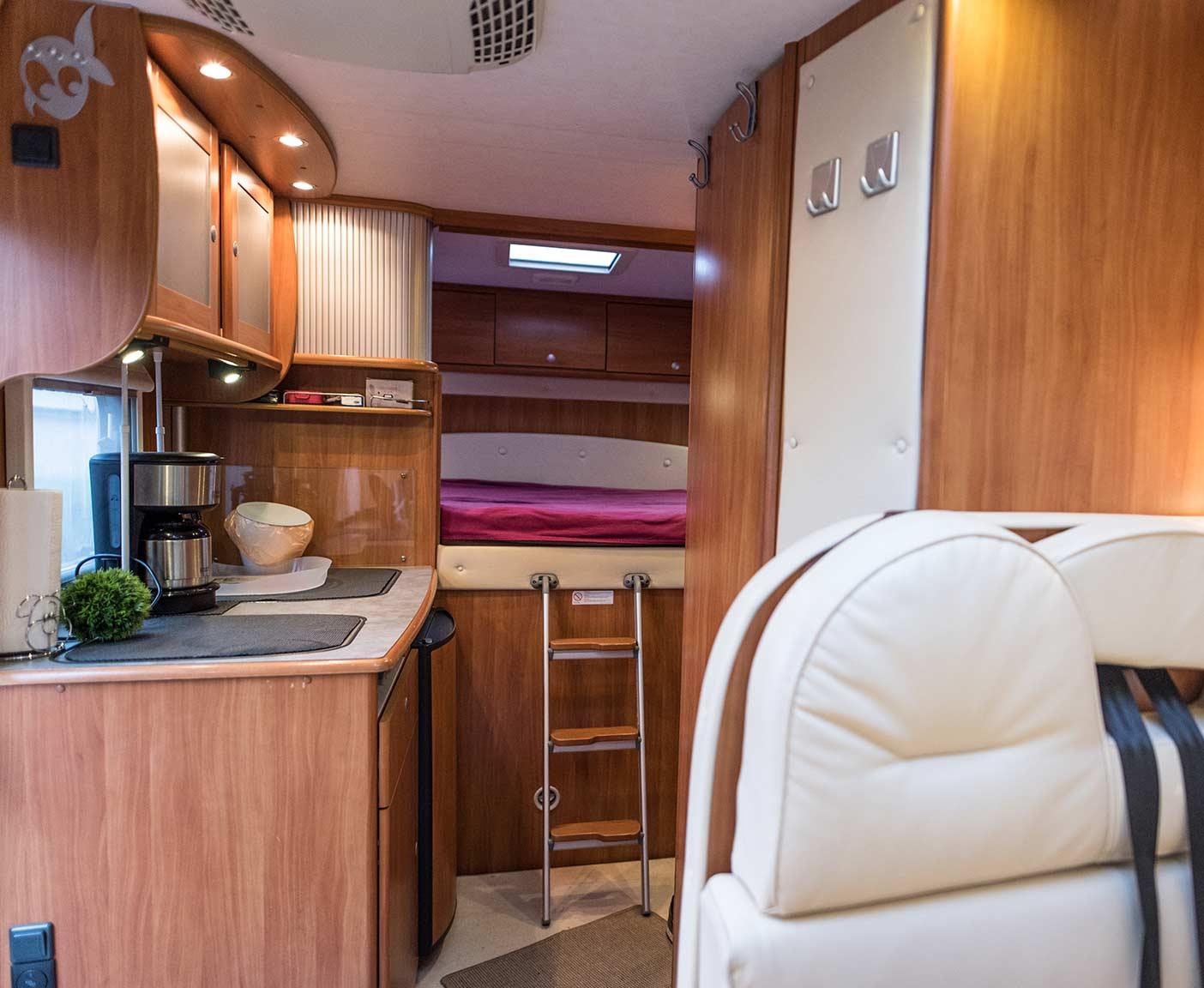 Wohnmobil von innen, Bettnische, Camperküche, Vermieter werden bei PaulCamper