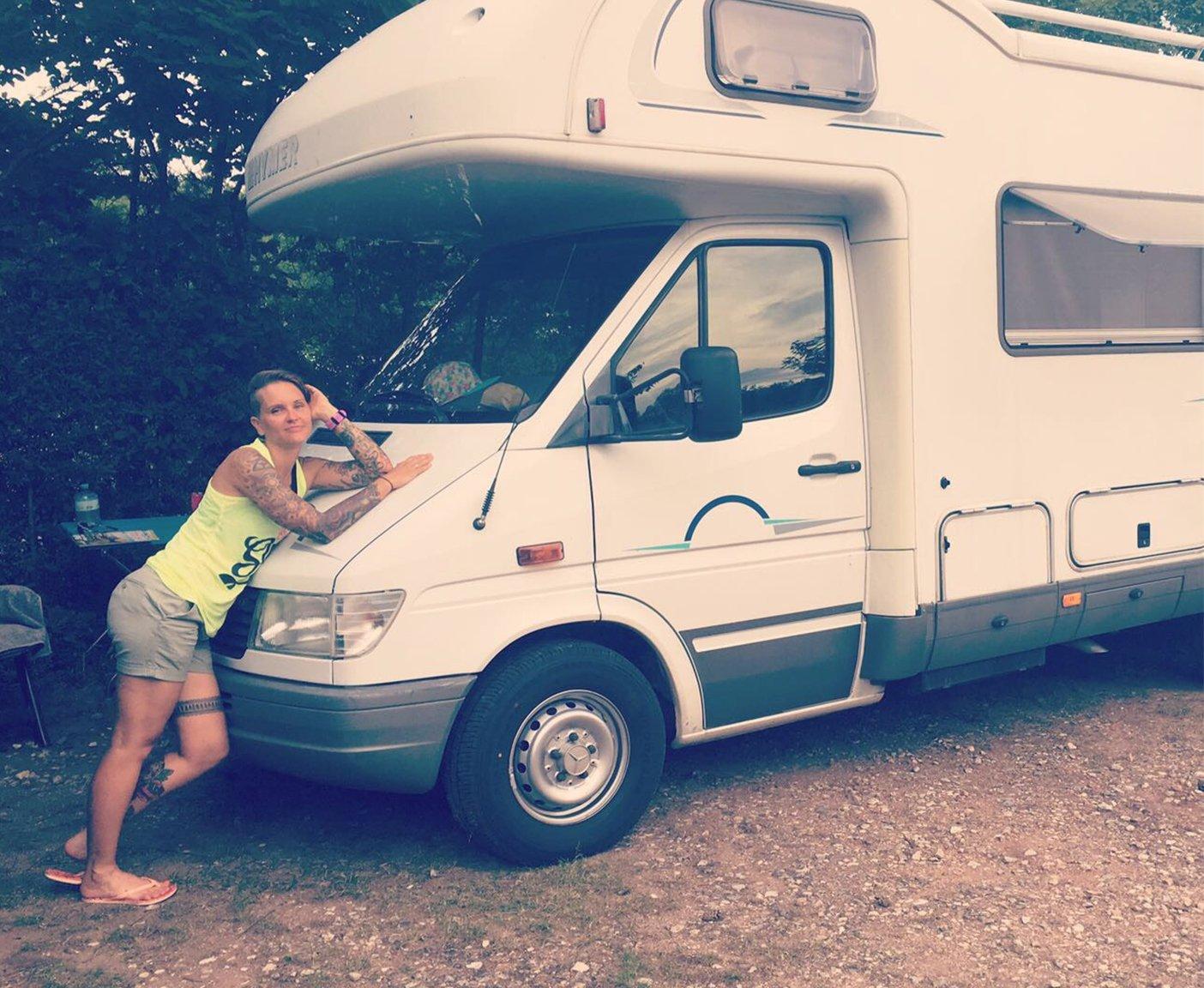 Triathlon Camp Wohnmobil Albert, Frau am Wohnmobil