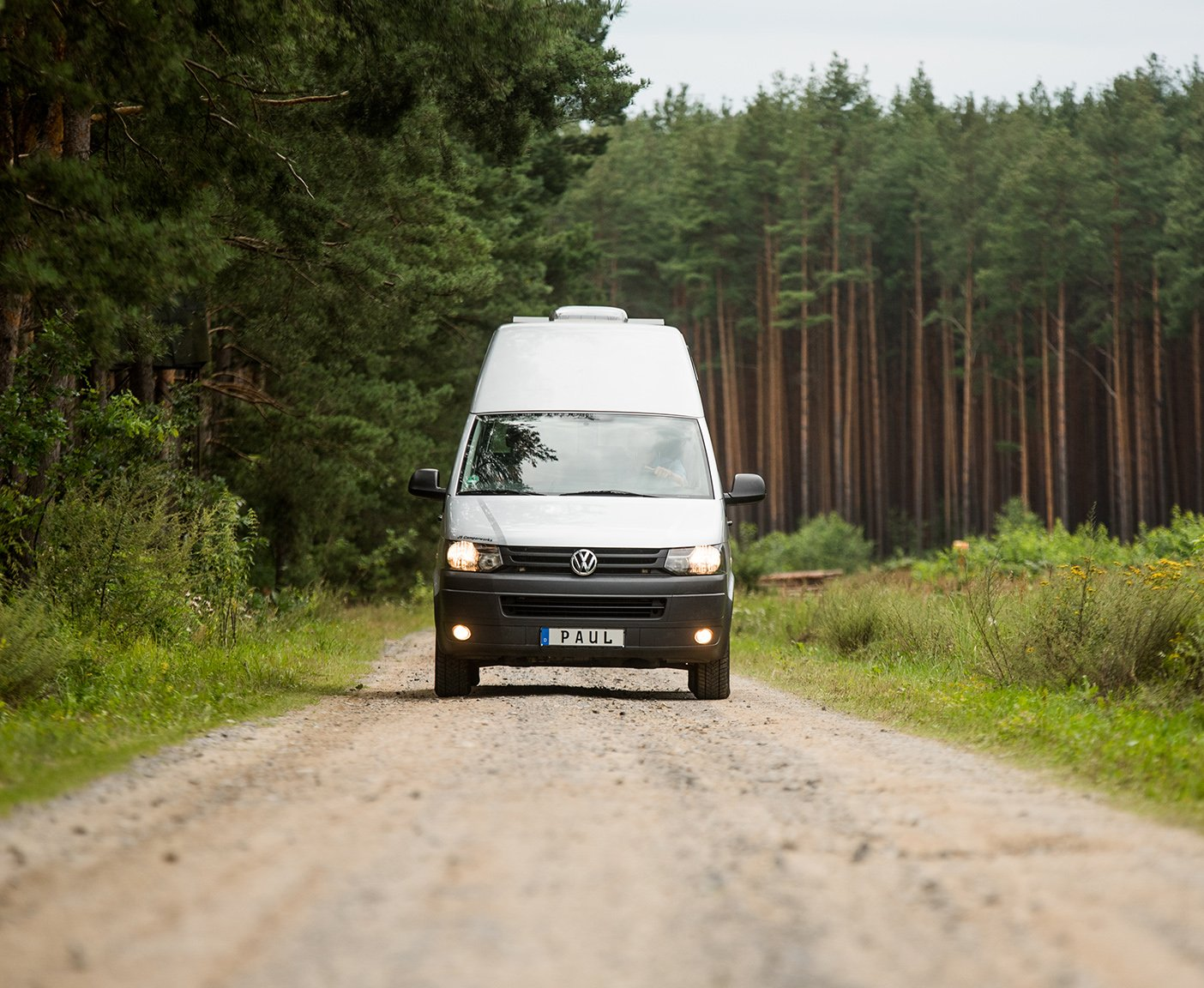 PaulCamper-Camper, Campingbus, Straße, Bäume, Paul