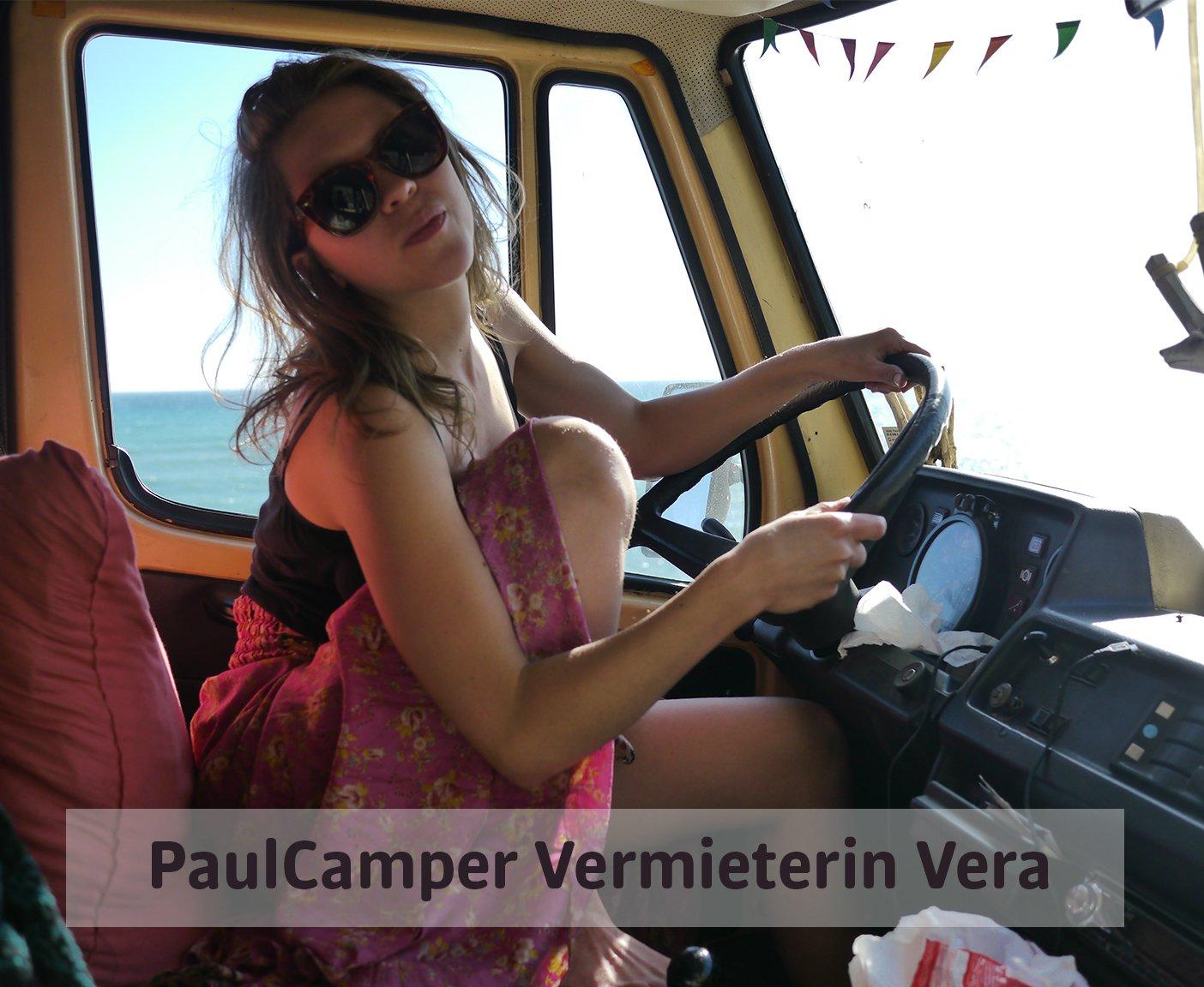 Frau am Lenkrad, PaulCamper Vermieterin Vera