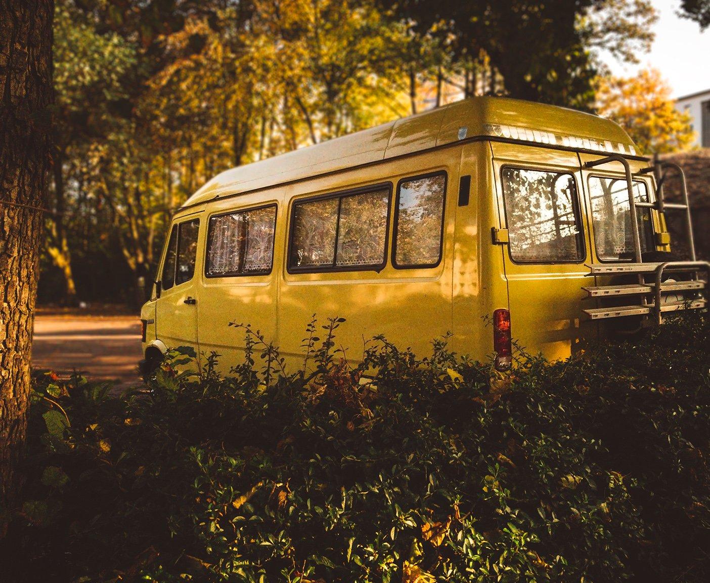 gelbes Wohnmobil Herbst