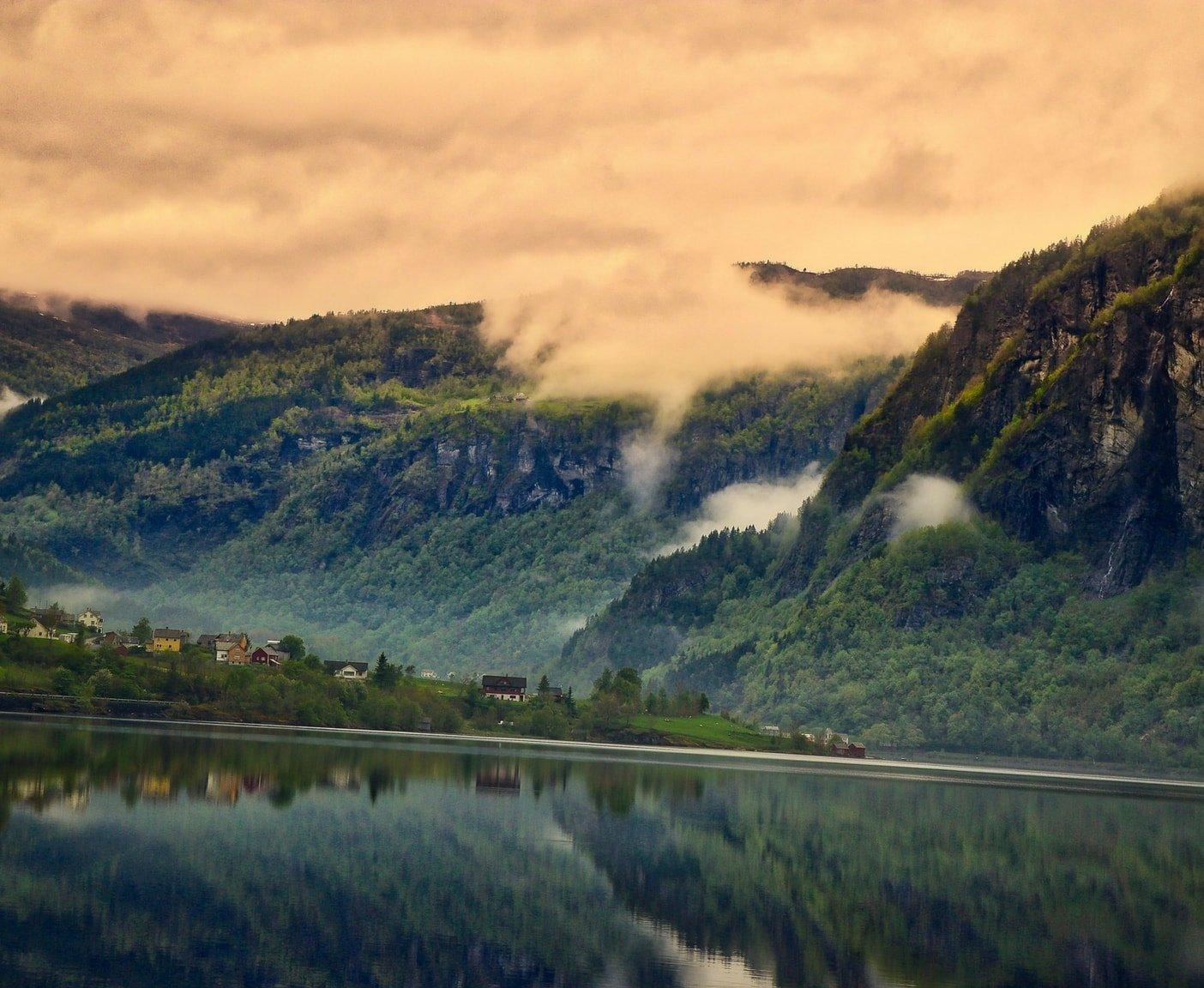 Fjorde Berge Wald Häuser Wasser