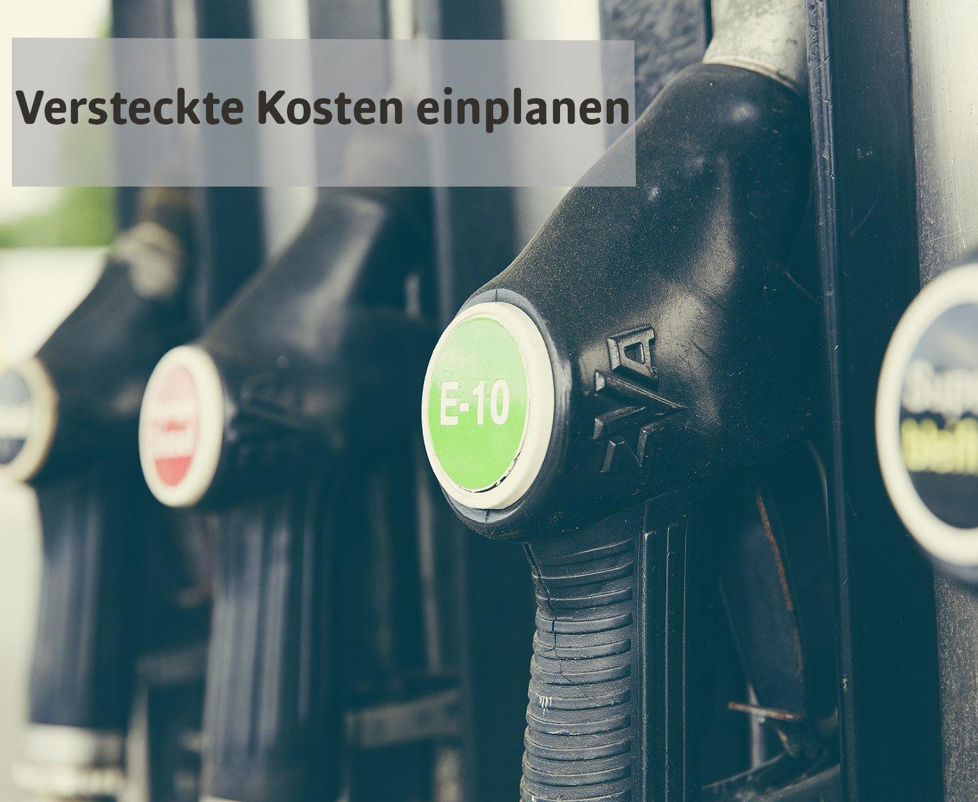 VW Bus mieten Schriftzug versteckte Kosten einplanen mit Tankstelle