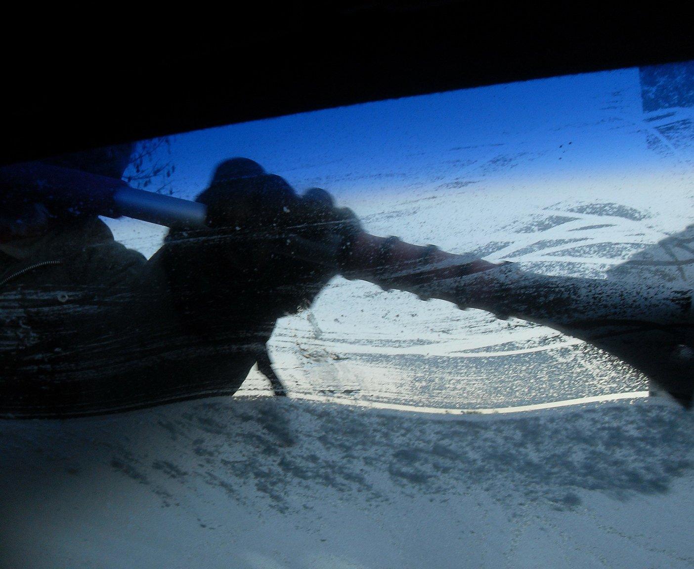 Eiskratzer befreit Camper von Schnee