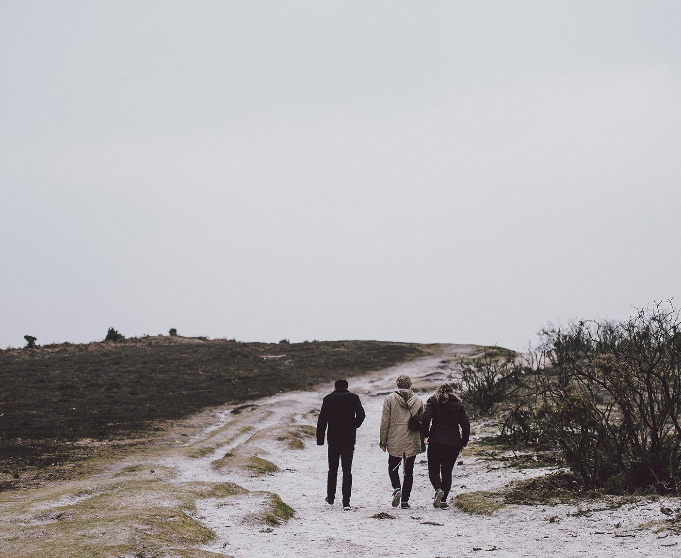 Spaziergang im Schnee mit Freunden