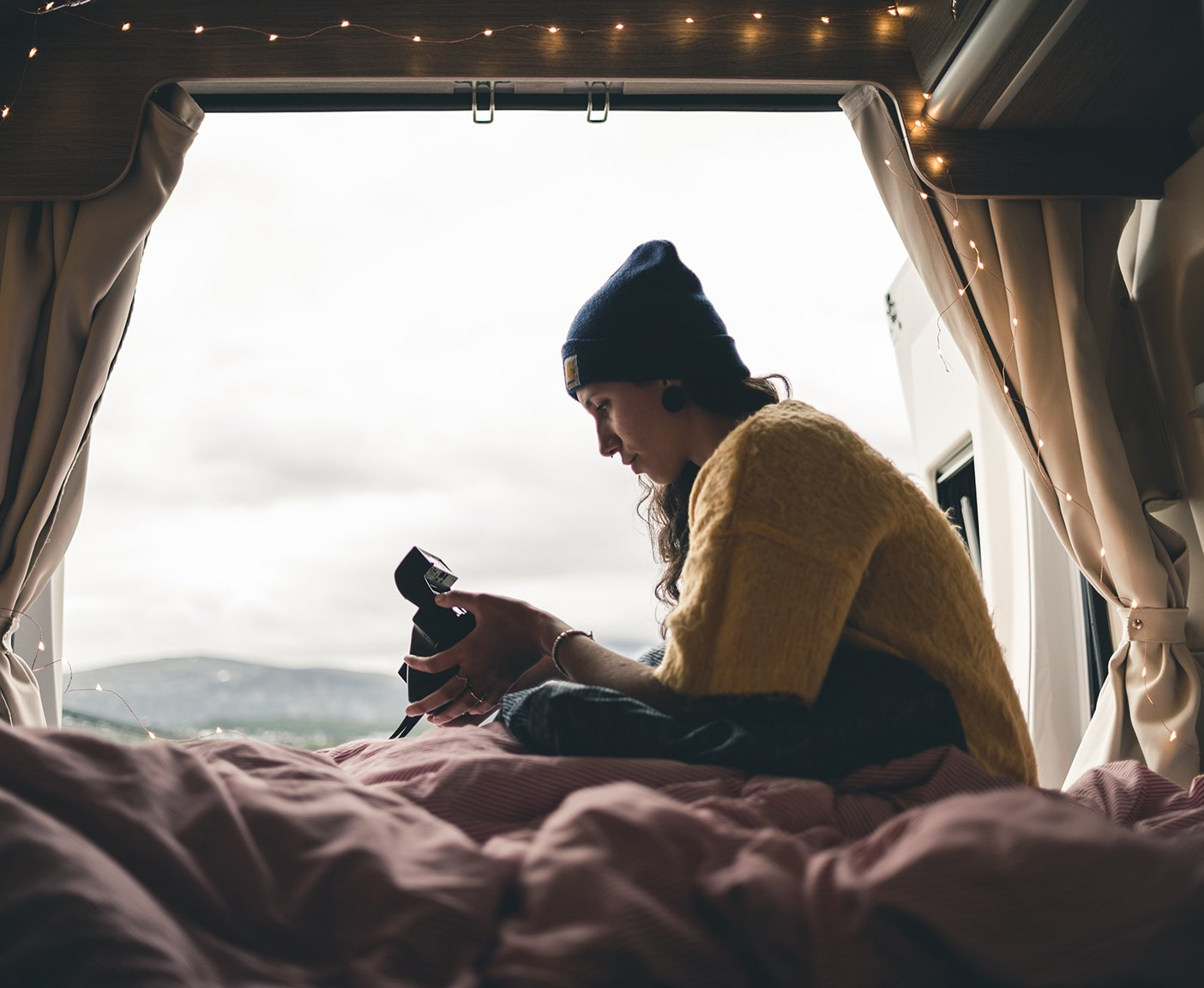 Frau im Camper mit Aussicht