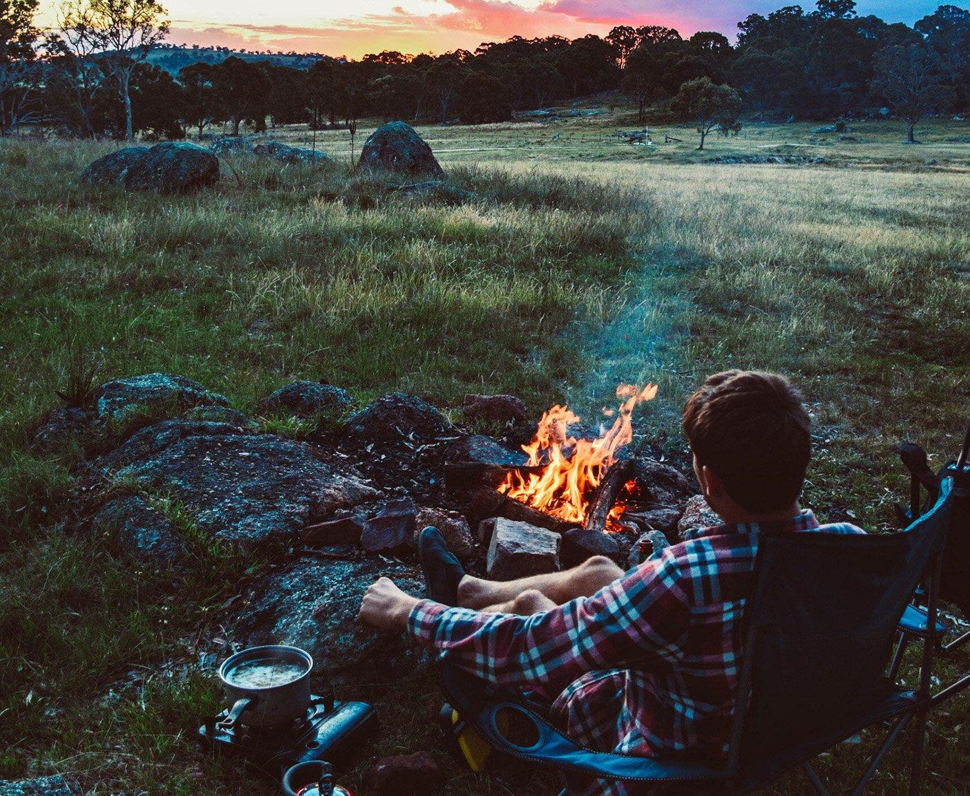 Wohnmobil-Grundausstattung fuer Einsteiger Campingstuhl Lagerfeuer