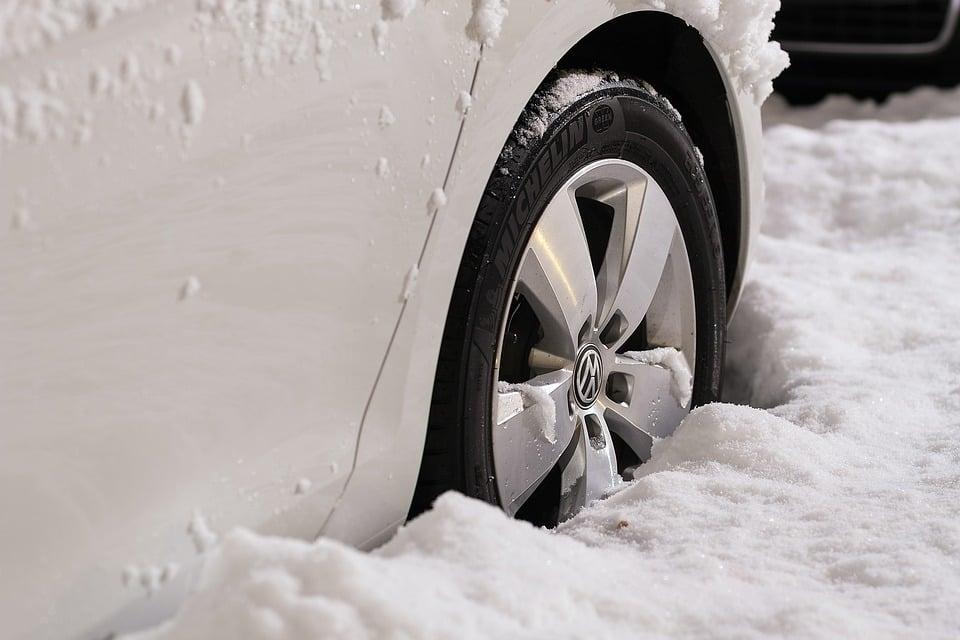 Anfahrhilfe Schnee - Reifen im Schnee versunken