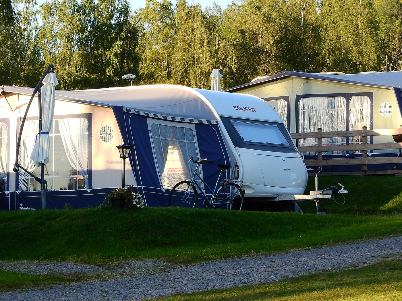 Wohnen auf dem Campingplatz Fahrrad Stellplatz