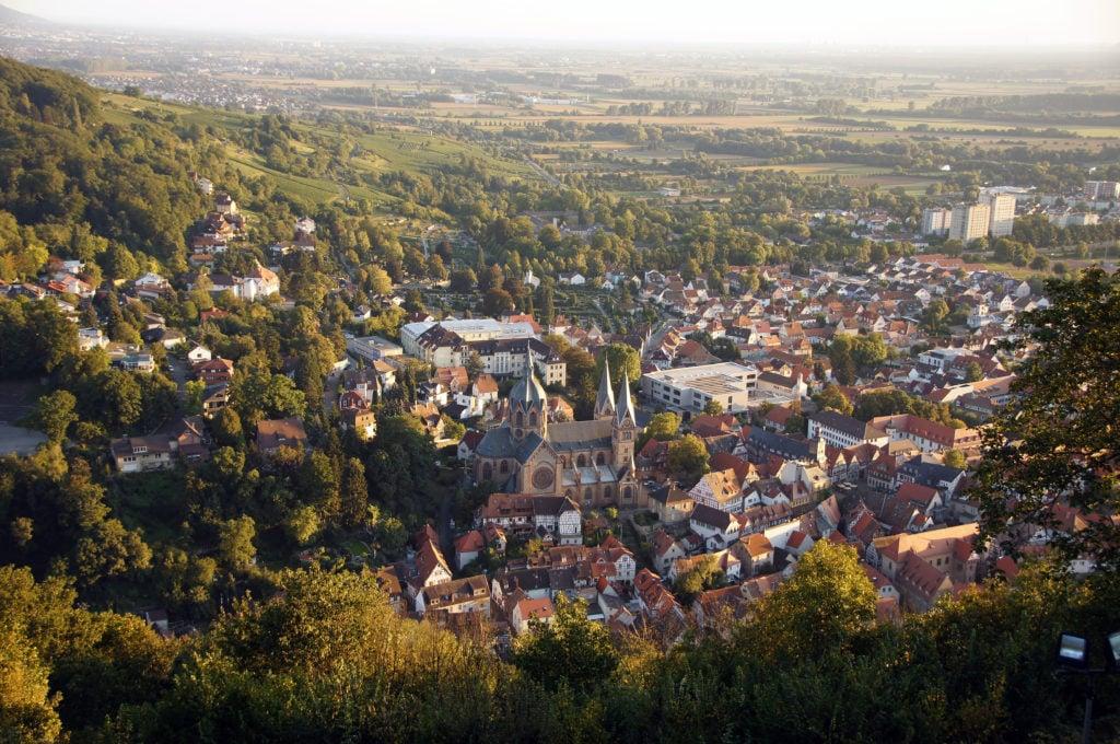 Panorama auf Stadt umringt von Wäldern