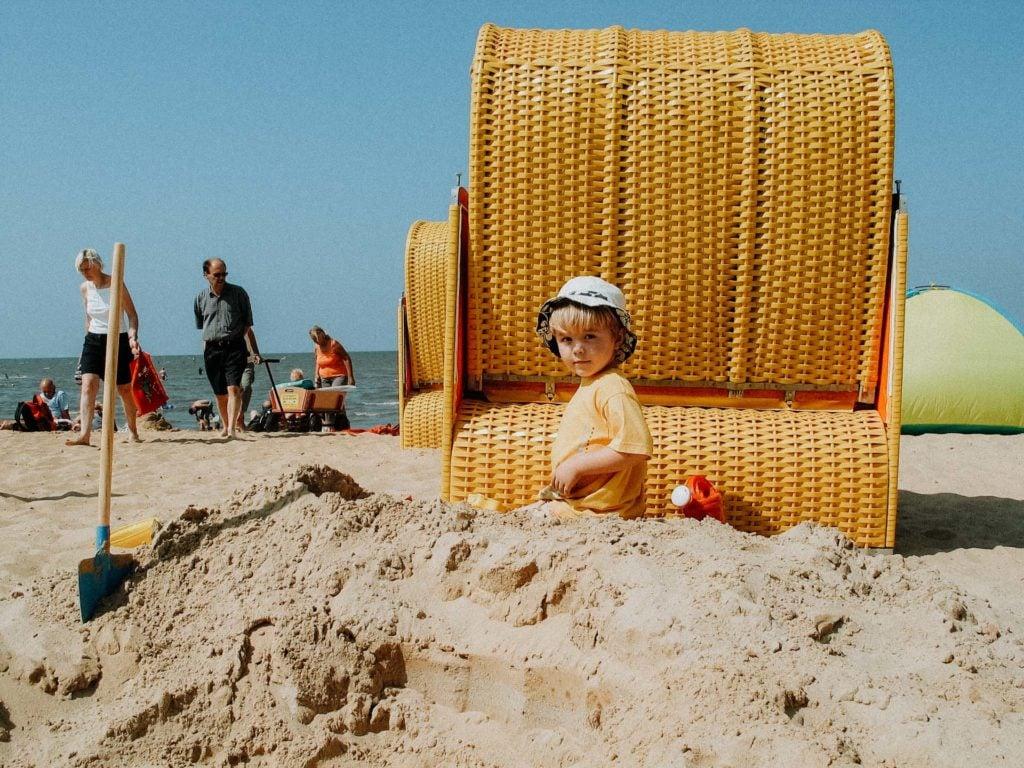 Familienurlaub Deutschland Kind am Strand