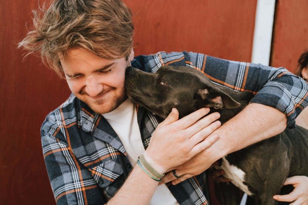 Urlaub mit Hund Bayern - Kuscheln mit Herrchen