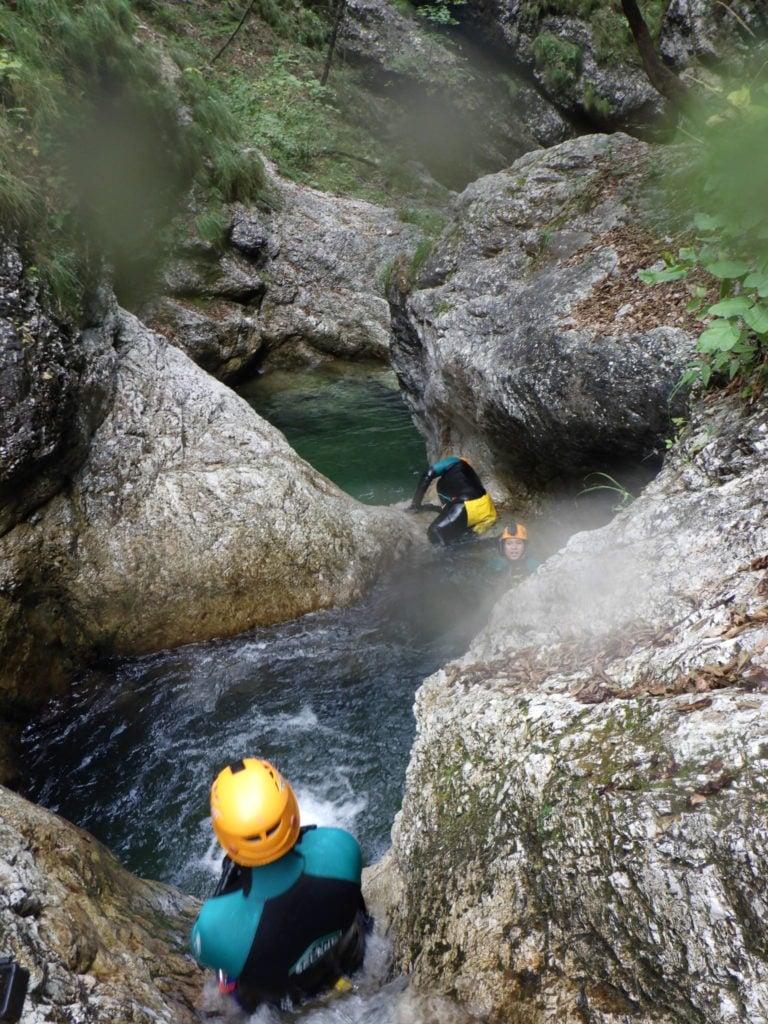 Canyoning in Slowenien beim rutschen in Wasserbecken