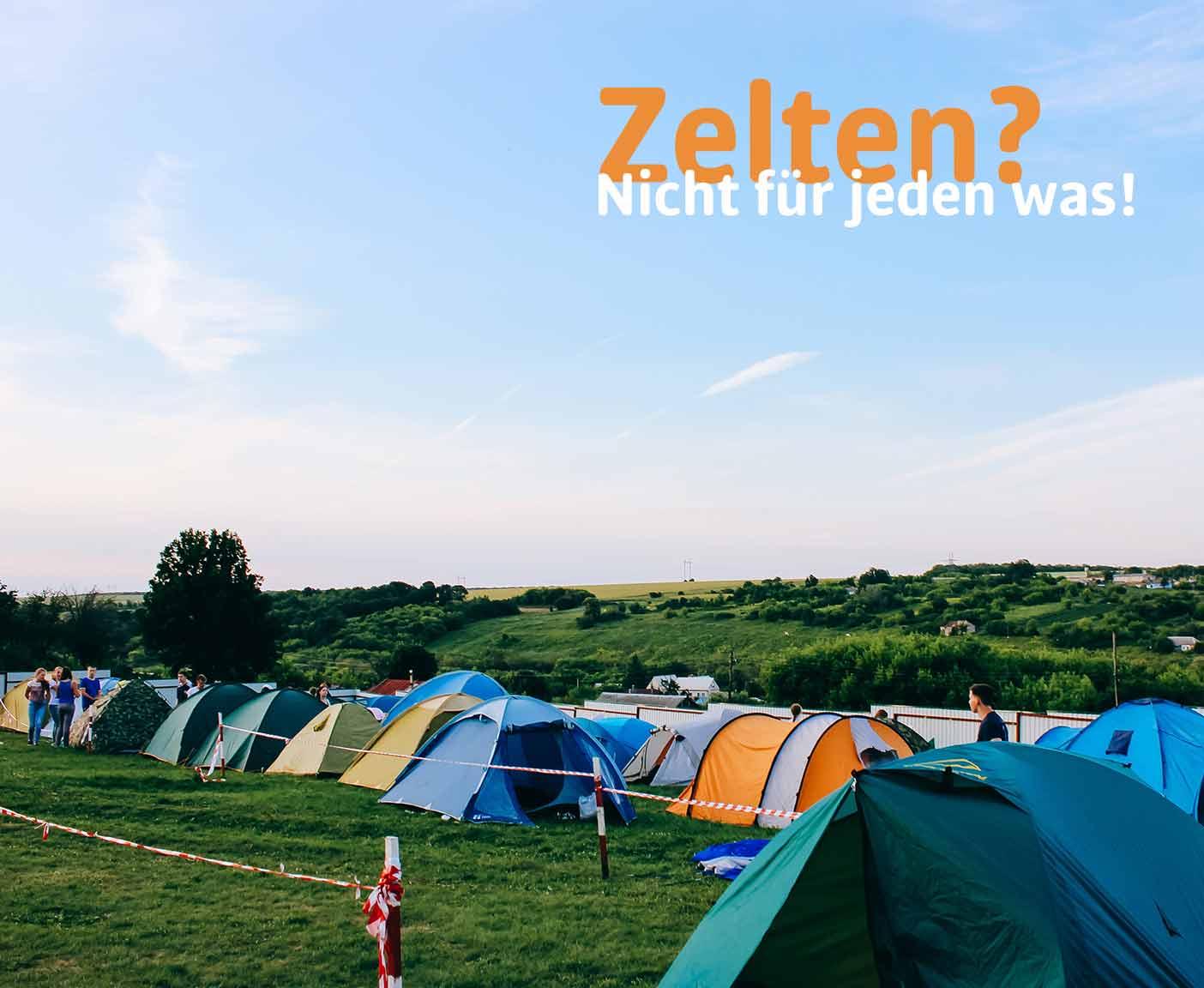 Zelte in einer Reihe auf einem Festival, Absperrband, Wiese, blauer Himmel, festival Tipps mit Paulcamper