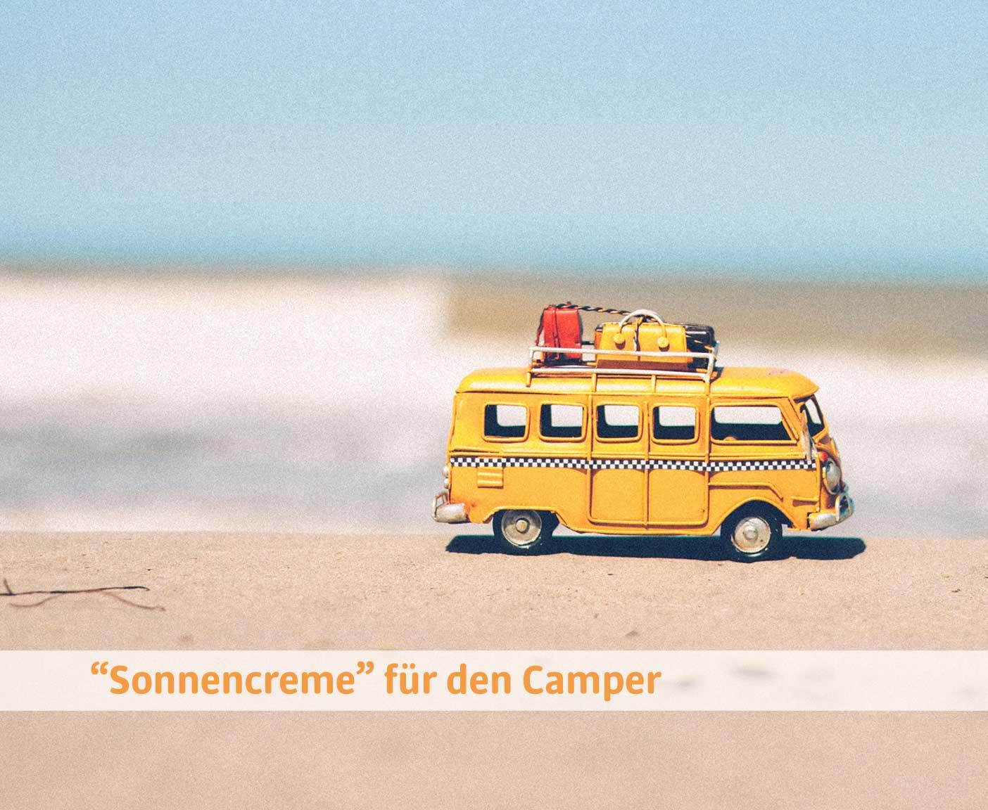 Miniaturwohnmobil in gelb am Strand