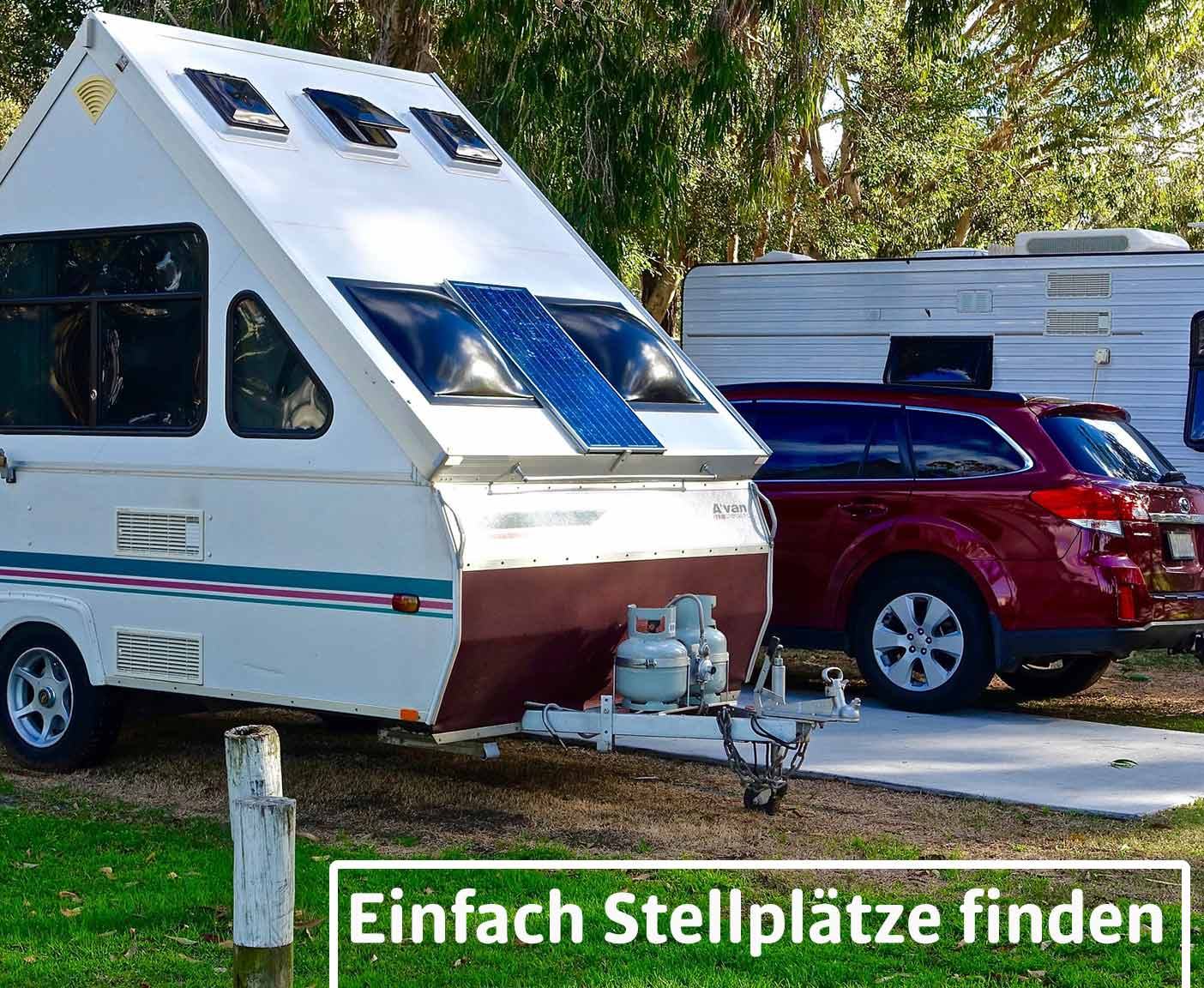 Camping Apps, Wohnwagen, rotes Auto und Wohnmobil auf Campingplatz, Paulcamper
