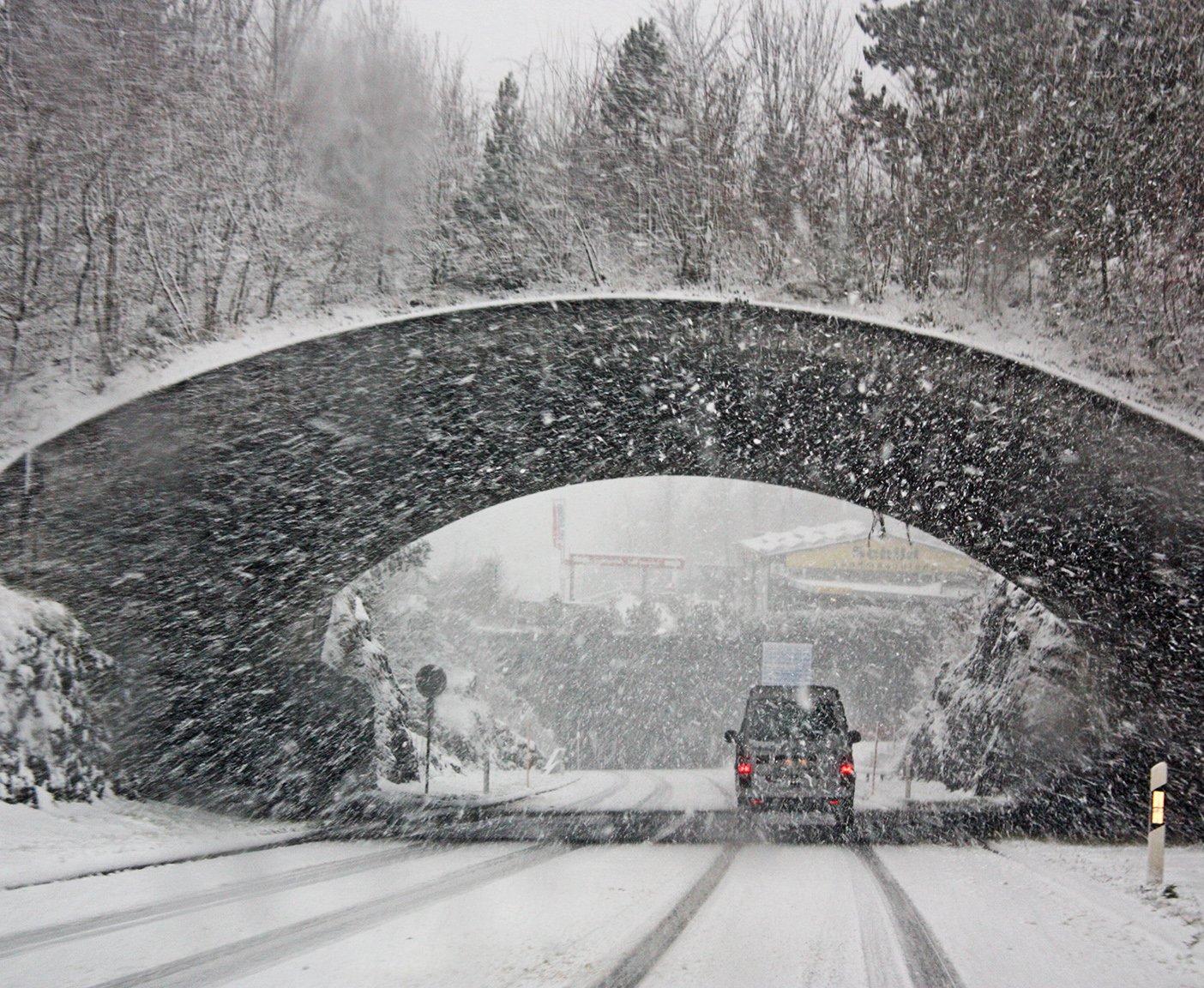 Camper faehrt durch Tunnel