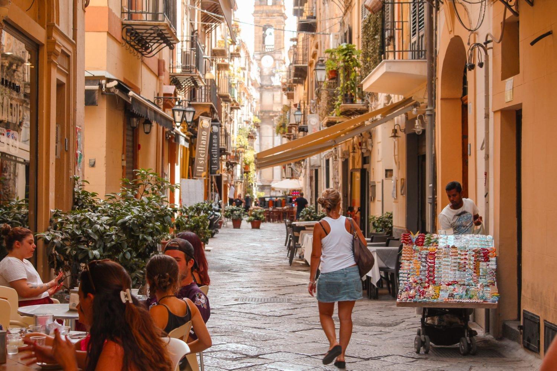 Palermo Gasse mit Restaurants